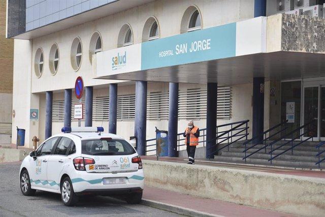 Una sanitaria abandona con un coche de uso hospitalario el Hospital San Jorge en Huesca