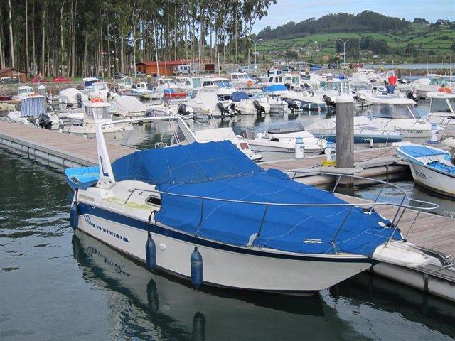 Yate en puerto deportivo de El Puntal