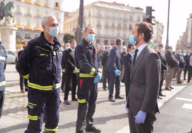 El líder del PP Pablo Casado (d) hoy sábado en la madrileña Puerta del Sol, durante las celebraciones de la fiesta de la Comunidad de Madrid, donde se homenajea este Dos de Mayo a los héroes que han luchado contra el COVID-19, en Madrid (España), a 2 de m