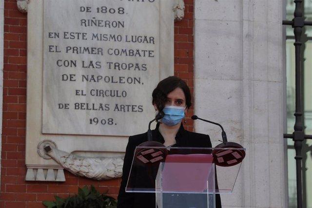 La presidenta de la Comunidad de Madrid, Isabel Díaz Ayuso, preside el acto de celebración de la fiesta de la Comunidad de Madrid, este sábado 2 de mayo, en la que se ha rendido homenaje a los servicios sanitarios, bomberos y protección civil asisten a la