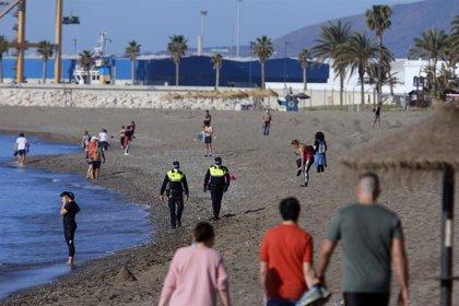 El Ayuntamiento de Málaga recomienda usar carriles de nado en Malagueta y Misericordia para la natación en el mar
