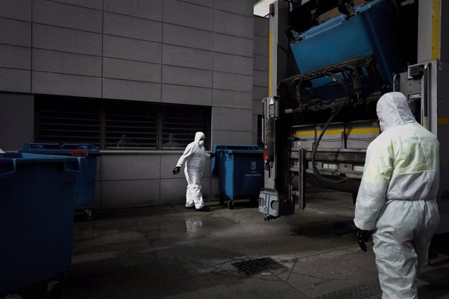 Varios trabajadores del servicio de limpieza municipal recoge residuos de pacientes con Covid-19 y los introduce en uno de los camiones de limpieza, en las inmediaciones de una Residencia de Mayores ubicada en Moratalaz. En Madrid, (España), a 16 de abril