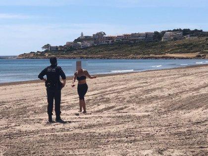 Personas jugando a voleibol, bañándose y surfeando, entre las 51 actas registradas el viernes en Alicante