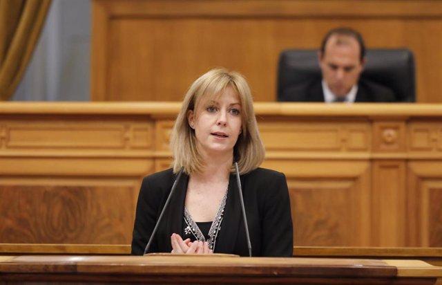 La portavoz del PSOE regional, Isabel Abengózar, en el pleno de las Cortes de C-LM por el Covid-19.