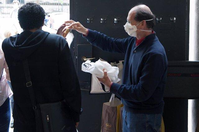 Reparto de mascarillas en Roma, Italia