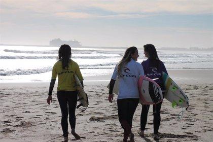 """""""Muy pocos"""" surfistas se echan al agua en Tarifa (Cádiz) al no soplar suficiente viento este sábado"""