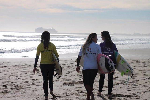 Imagen de archivo de unas aficionadas al surf