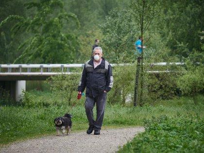 Las personas que salen a pasear o a hacer deporte pueden ir acompañadas por sus perros