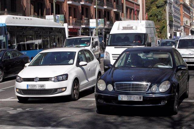 Tráfico en una céntrica calle de Madrid.