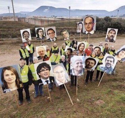 Unas 20 personas se concentran ante la cárcel de Lledoners con fotos de los presos del 1-O