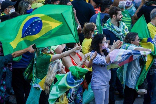 Simpatizantes del presidente brasileño, Jair Bolsonaro, se manifiestan durante la pandemia de coronavirus