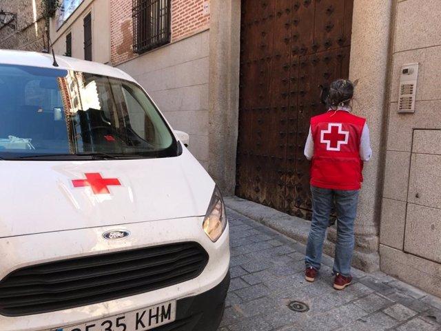 Voluntario de Cruz Roja en un portal