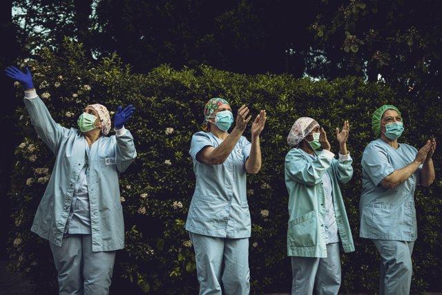 Aplausos de los trabajadores sanitarios en Barcelona