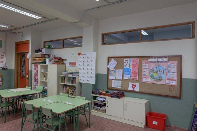Una de las aulas completamente vacía perteneciente a un colegio de la Comunidad de Madrid donde permanecerán cerrados del 11 de marzo hasta -en principio- el próximo 23 de marzo para evitar que los escolares se contagien de coronavirus, en Madrid (España)