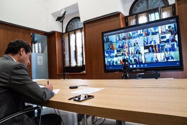 El presidente de la Junta de Andalucía, Juanma Moreno, participa por vía telemática en la octava reunión del presidente del Gobierno, Pedro Sánchez, con los presidentes autonómicos para abordar la crisis sanitaria del coronavirus