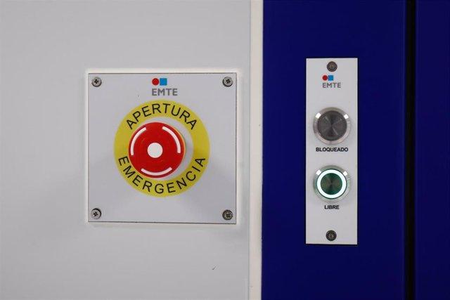 Botón de apertura de emergencia en una sala de la Nave de Producción de medicamentos del Laboratorio del Centro Militar de Farmacia de la Defensa