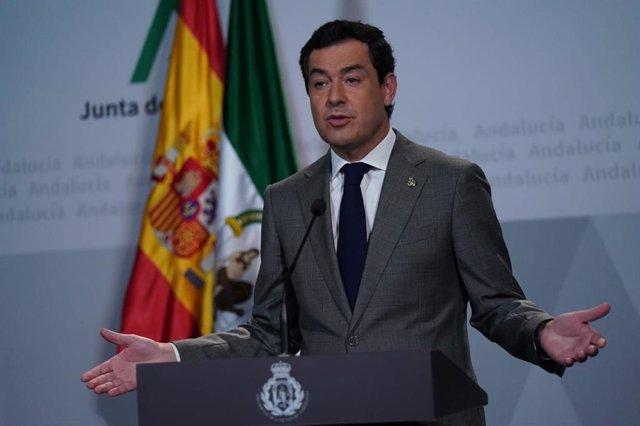 El presidente de la Junta de Andalucía, Juanma Moreno, en una comparecencia telemática tras participar en la octava conferencia de presidentes autonómicos con Pedro Sánchez por la crisis del coronavirus Covid-19
