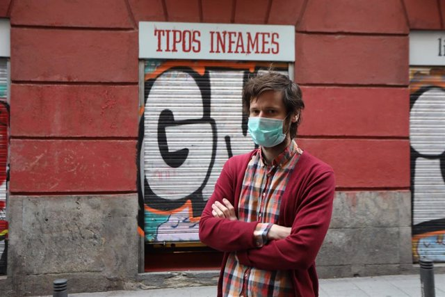 Gonzalo, dueño de 'Tipos Infames', ubicada en la madrileña calle de San Joaquín, posa en la puerta de su librería, en Madrid, (España), a 23 de abril de 2020.