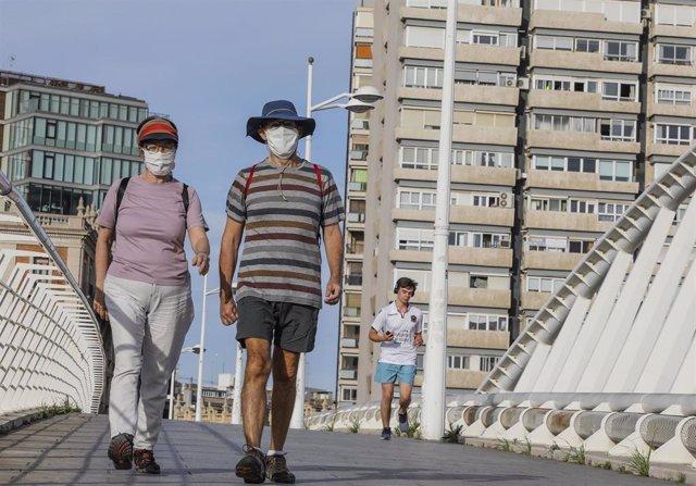Personas paseando en el primer día de salida en Valencia tras 48 días en casa por el coronavirus