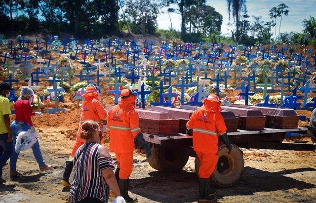 Trabajadores del cementerio de Manaos, capital del estado de Amazonas, portando ataúdes de víctimas del nuevo coronavirus.