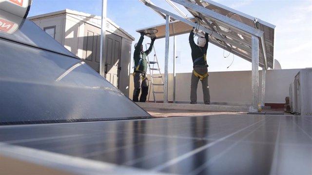 Imagen de archivo de la instalación de una placa solar
