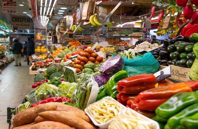 Imatge d'un mercat municipal amb verdura fresca.