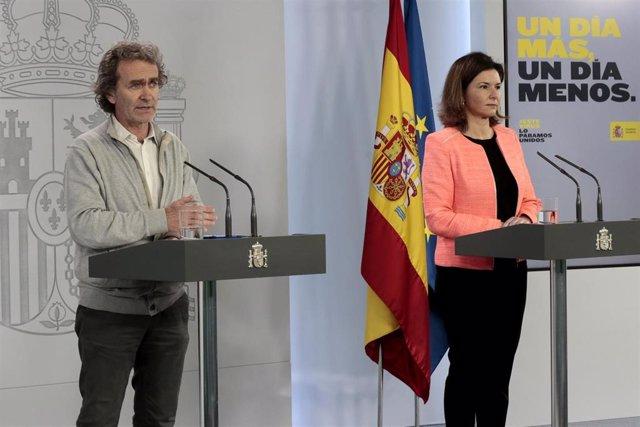 El director del Centro de Alertas y Emergencias Sanitarias, Fernando Simón, y  la secretaria general de Transportes, María José Rallo, en rueda de prensa tras el Comité Técnico de Gestión del Coronavirus. En Madrid, (España), a 30 de abril de 2020.