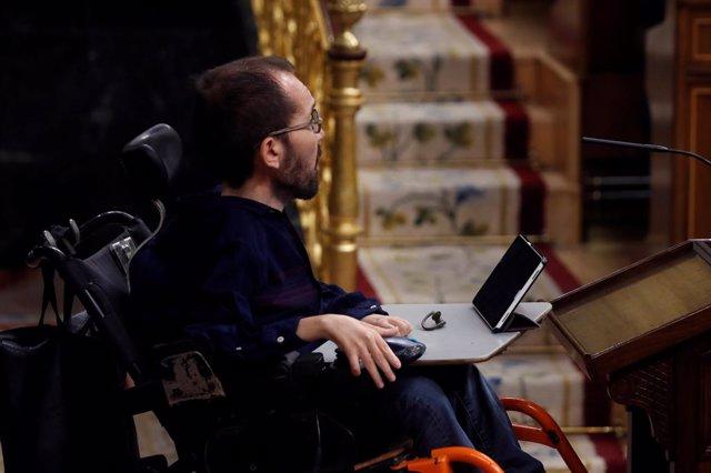 El portavoz de Unidas Podemos, Pablo Echenique, acude para realizar su intervención en el pleno del Congreso