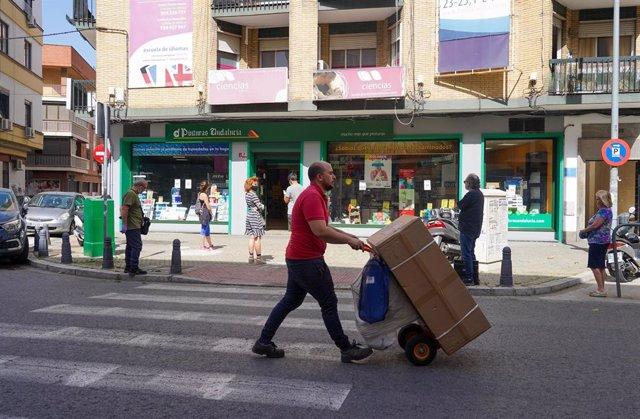 Ciudadanos guardando cola en una tienda de pinturas durante el tercer día de la desescalada del Gobierno y el inicio de la semana octava del estado de alarma decretada por la crisis del coronavirus, en Sevilla (España), a 4 de mayo de 2020.