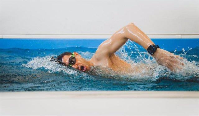 El emprendedor y nadador español Pablo Fernández, entrenando para el reto de 25 horas seguidas nadando