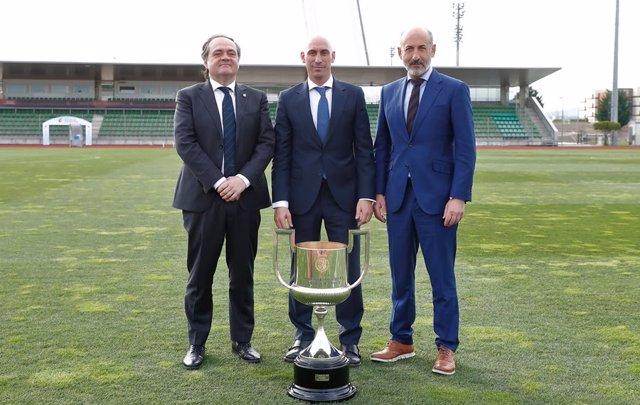 El presidente de la RFEF, Luis Rubiales, con los de la Real Sociedad y Athletic Club, Jokin Aperribay y Aitor Elizegi