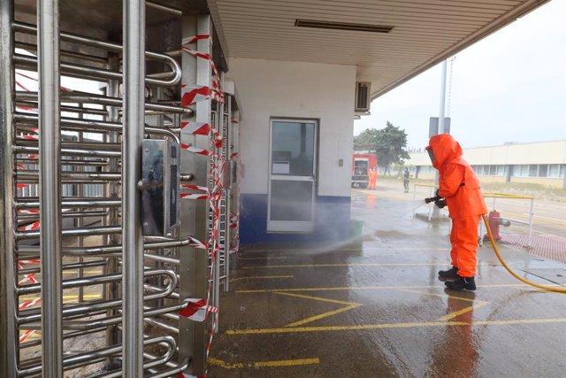 Un operario desinfecta las instalaciones de la planta del Grupo PSA de Figueruelas.