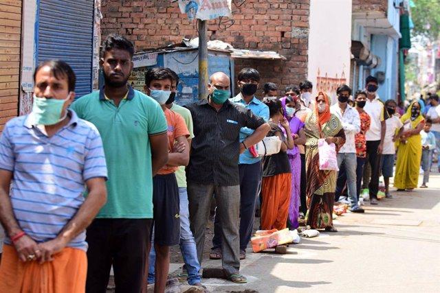 Coronavirus.- India cierra las licorerías horas después de su reapertura debido