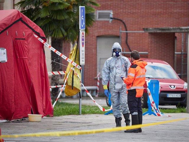 Un sanitario se protege con traje EPI y máscara cerca de la zona de desinfección del Complejo Hospitalario de Navarra durante a Pandemia Covid-19  en Abril 28, 2020 en Pamplona, Navarra, España