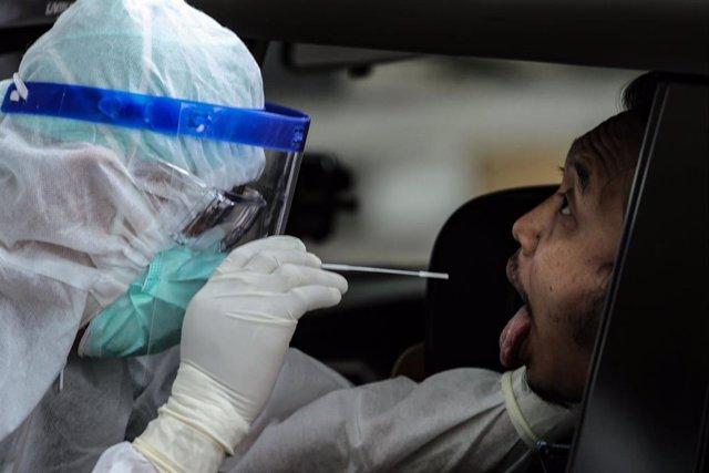 Un trabajador sanitario toma una muestra para realizar una prueba de Covid-19