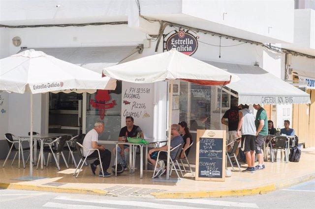 Clientes en la terraza de la cafetería Bon Temps. Formentera empieza este lunes, 4 de mayo, la fase 1 del plan de desescalada que ha elaborado el Gobierno de España. Esta fase permitirá a los habitantes de esta isla celebrar reuniones de hasta un máximo d