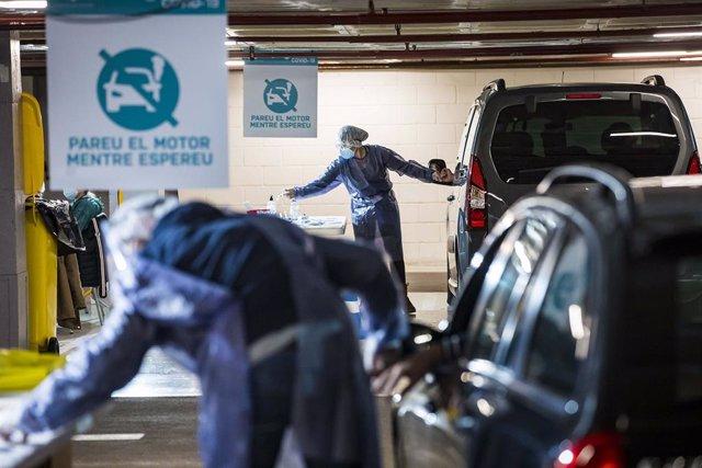 Dos Voluntaris Realitzen La Prova Als Ocupants De Dues Vehiculos En Els Stop Lab D'Andorra La Vella.