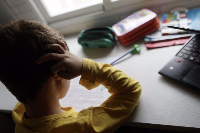 Un niño estudia el mismo día en que la ministra de Educación y Formación Profesional, Isabel Celaá, y los consejeros de Educación de las comunidades autónomas, han llegado al acuerdo de que los colegios podrán abrir el mes de julio.