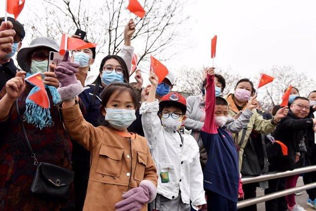 Un grupo de personas reciben a personal médico del Hospital Universitario de Hebei.