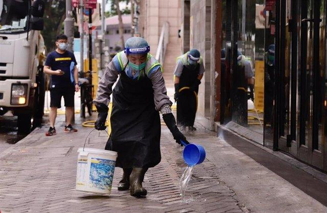 Trabajadores limpian una calle de China.