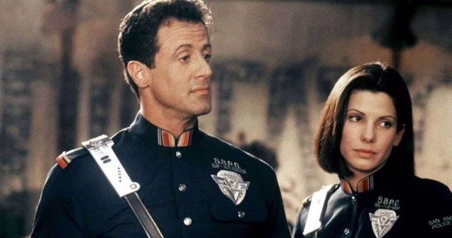 Sylvester Stallone y Sandra Bullock en Demolition Man