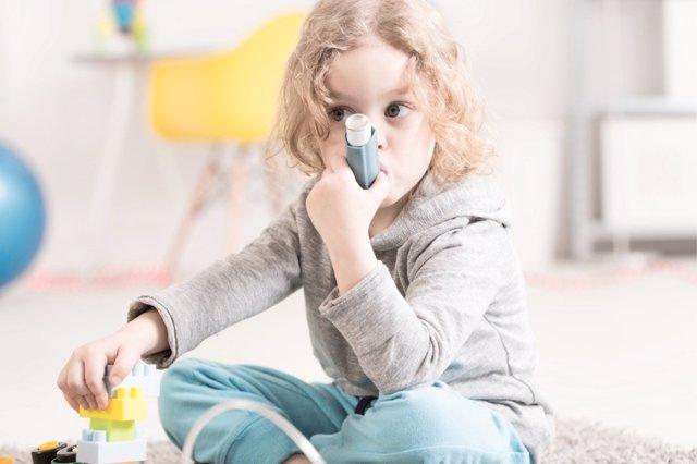 Los síntomas del asma pueden ser confundidos con los del coronavirus. Aprende cómo diferenciarlos.