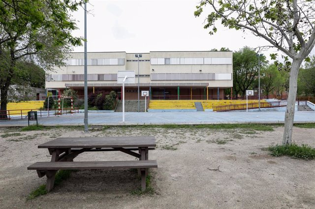 Patio de un colegio de Madrid cerrado por la pandemia del coronavirus.