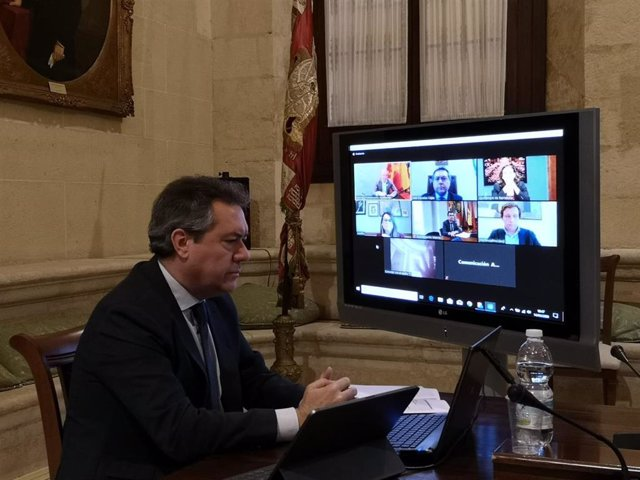 El alcalde de Sevilla, Juan Espadas, durante la reunión telemática con regidores de grandes capitales españolas