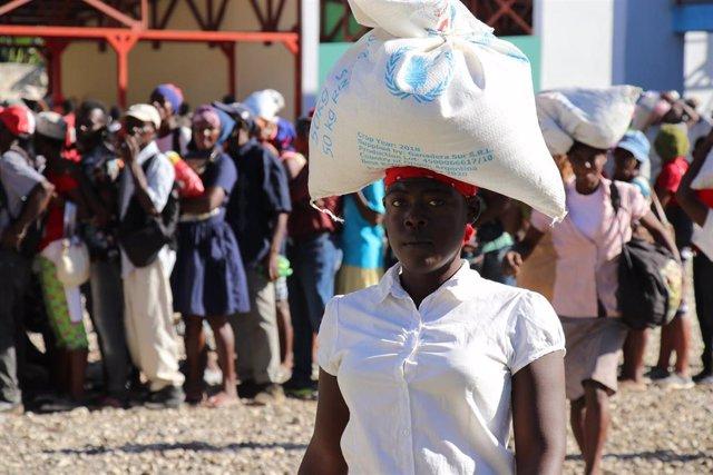 Una mujer con ayuda del PMA en Haití