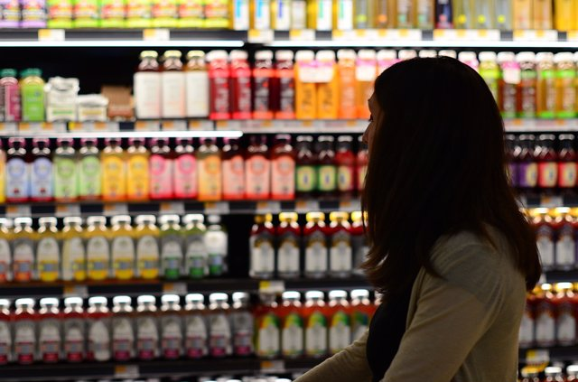 chica en un supermercado