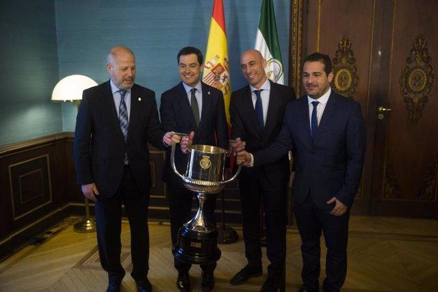 El presidente de la Junta, Juanma Moreno (2i), el presidente de la Federación Española de Fútbol (FEF), Luis Rubiales (2d), junto al consejero de Educación y Deporte, Javier Imbroda(1i) y al presidente de la Federación Andaluza de Fútbol, Pablo Lozano (1d