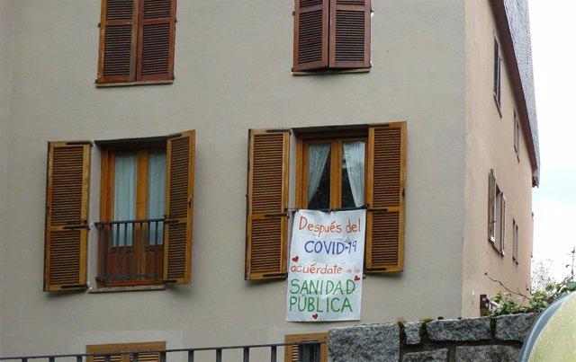 Sábana blanca en la que se lee 'Después del Covid-19, acuérdate de la Sanidad Pública' en una ventana de San Lorenzo del Escorial por el Día Mundial de la Salud. En San Lorenzo del Escorial/Madrid (España) a 7 de abril de 2020.