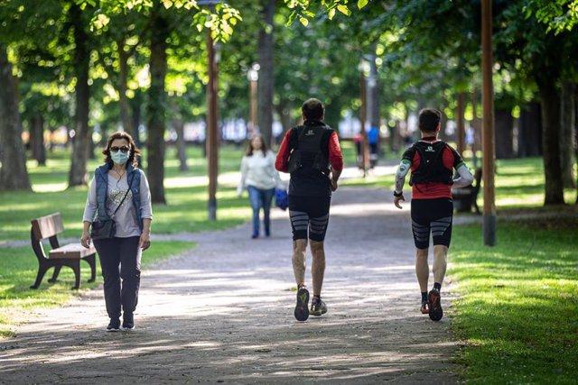 Varias personas salen a correr en el primer día en el que se permite a los mayores de 14 años salir a la calle a dar paseos y a hacer deporte en distintas franjas horarias, en Vitoria/Álava/País Vasco (España) a 2 de mayo de 2020.