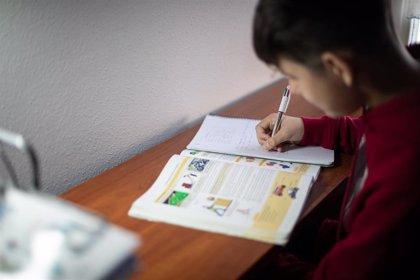 Familias españolas se preguntan cómo mantendrán su empleo con una 'vuelta al cole' mitad online